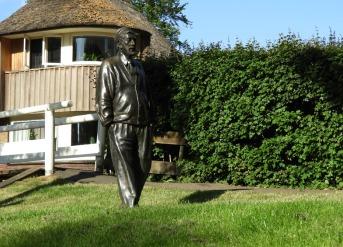 Standbeeld van Albert Mol, hoofdrolspeler in film De Fanfare